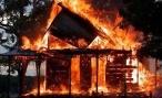 В Волгоградской области пожар уничтожил деревянный частный дом и 20 тонн сена