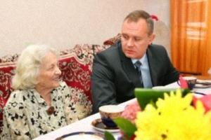 Валентину Николаевну Быстрову поздравил глава города Андрей Косолапов